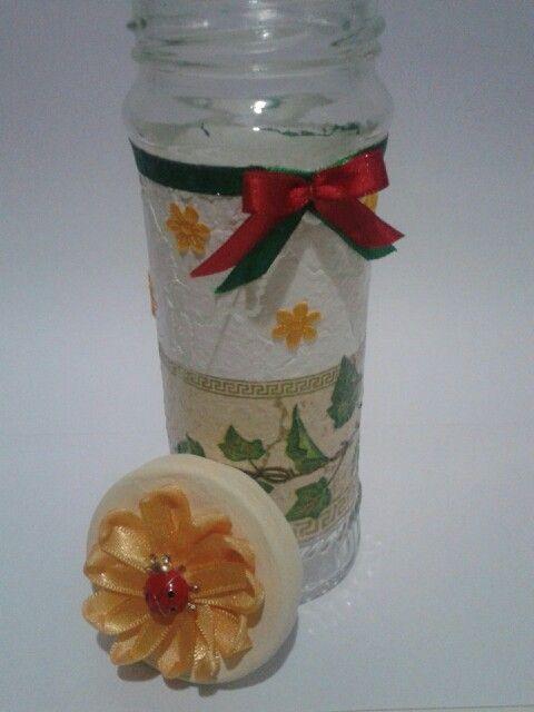 Vidro decorado com decoupage e craquelê.  Flor de cetim na tampa.