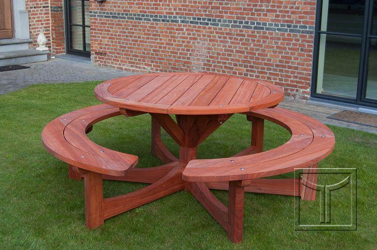 Een groter tafelblad op de ronde picknick tafel van 130cm houten banken en picknick tafels - Grote ronde houten tafel ...