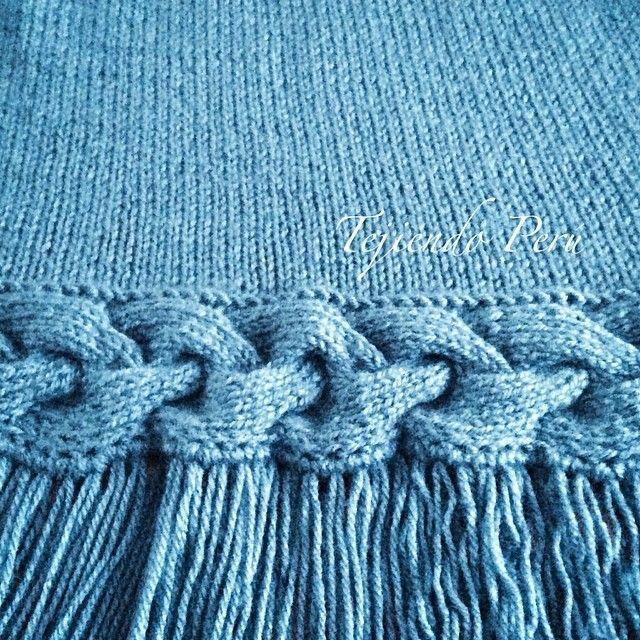 Capa con trenza y flecos en el borde tejida en dos agujas o palitos! Pueden ver el paso a paso en nuestra página web: www.tejiendoperu.com
