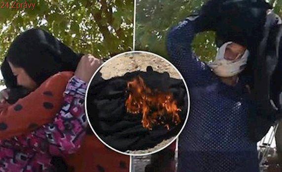 """Spalte je, ať Alláh spálí ISIS"": Ženy z Rakka pálí burky na oslavu svobody"
