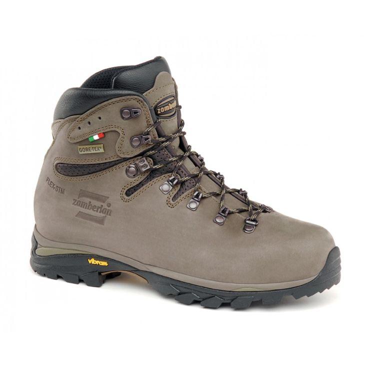 895 CRISTALLO GTX - Versatile medium loads backpacking boot. Lowered back line to improve fit and heel locking. Notch on collar to improve comfort around heel area. Rubber insert in the heel rear part to enhance support. Zamberlan® Vibram® Revolve outsole for easy traction, better grip and durability. #zamberlan #cristallo #discoverthedifference #backpacking