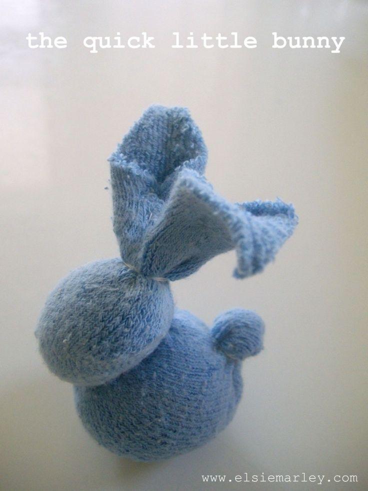 BUONA PASQUA!!! Sul blog di Elsie Marleytrovate un dettagliatissimo tutorial fotografico per realizzare questo buffo coniglietto da un vecchio calzino. Veramente facile ....