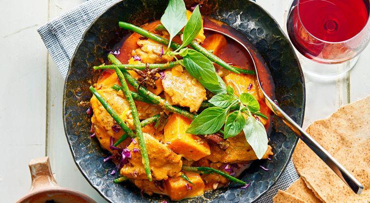 Recept på curry med kyckling, bönor, sötpotatis och svart ris. Currygryta som är mild av kokos och med lagom chilihetta. Stora bitar av sötpotatis ger god sötma.
