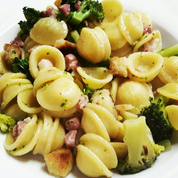 Orecchiette con broccoletti, pancetta e crostini di pane