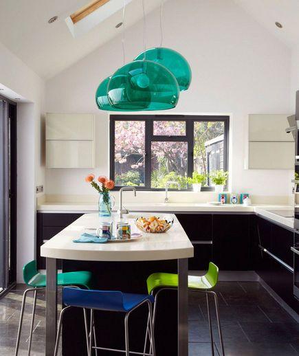 Decorazioni bellissime per la cucina | Cucina con lampadari turchesi | FOTO