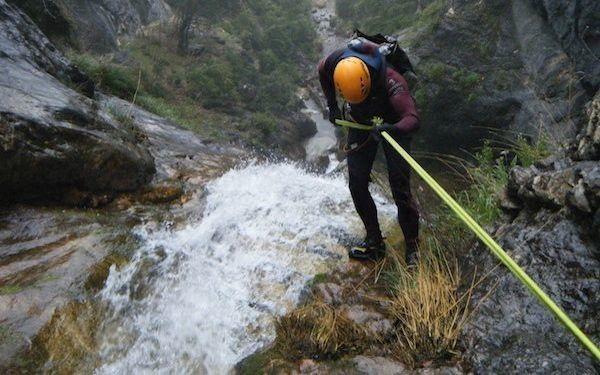 Rápel: Descensos vertiginosos sobre superficies verticales con la simple ayuda de una cuerda.