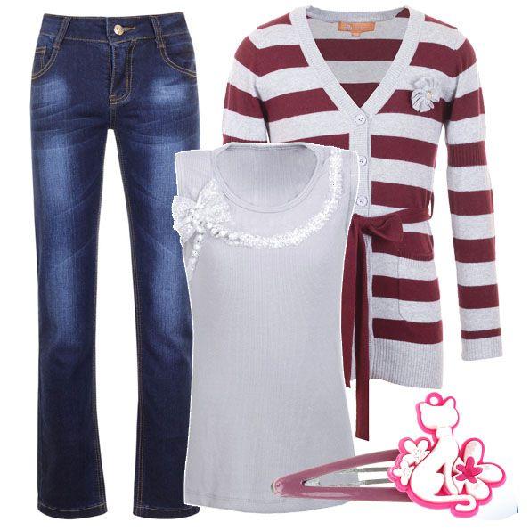 Стильный лук для девочки-подростка: джинсы на чуть заниженной талии, белый топ без рукавов и вязаный трикотаж в полоску.