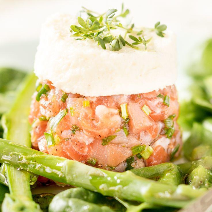 Diese fluffige Spargelmousse mit feinem Lachstartar und grünem Spargelsalat ist eine echte Angeber-Vorspeise - sieht gut aus, schmeckt noch besser.