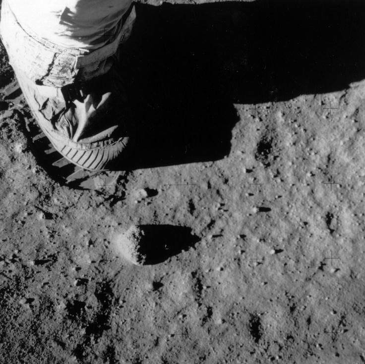 """""""La luna è l'anima, è il nostro modo di vivere le emozioni, i desideri, i sogni"""" (Romano Battaglia).   Addio all'uomo della Luna, Neil Armstrong"""