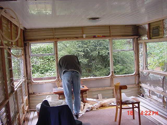 14 jaar geleden, alles uit de oude caravan gesloopt en opnieuw begonnen met opbouwen. Plafond zit er net in hier. (Diessen)
