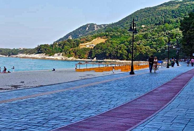 Καμάρι Βρίσκεται στη ΒΑ μεριά του Πηλίου κάτω από τον μικρό οικισμό. Όμορφη παραλία με άμμο, ιδανική για ένα ήσυχο μπάνιο σε καθαρά νερά...