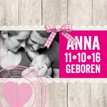 Trendy foto geboortekaartje met steigerhout en kanten rand, roze balk met naam in stoer lettertype en lichtroze stempel met hart.