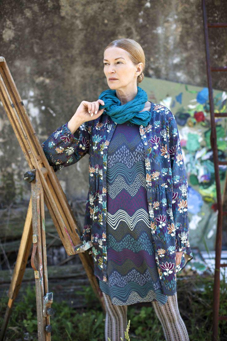 Frühjahrskollektion 2014 - Ausgefallene Mode, die sich aus einem Kleid mit Wellendruck, einer Bluse mit Blumenmuster und einer Strumfhose mit engem Rautenmuster. Weitere Blusen findet ihr unter http://www.gudrunsjoeden.de/Blusen-Tuniken--40056d.html