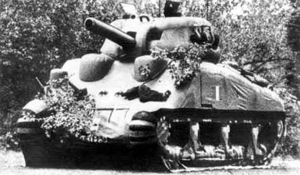 "It is one of the strangest stories during the Second World War: an elite unit made up of American troops recruited from art schools and advertisers chosen for their creativity, had the mission to mislead the troops German, making them believe that the Allies had a military Frot much higher than it actually was. How did they manage? With inflatable tanks, planes and rubber as sort of ""special effects""."