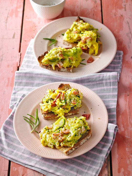 Schnelles Zucchini-Schinken-Rührei auf Brot
