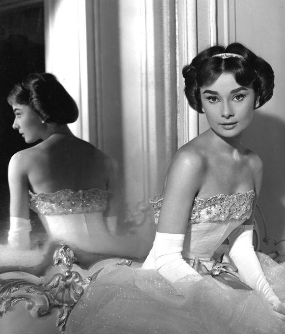 Одри Хепберн: фея любви и красоты Двадцать лет назад мир потерял одну из прекраснейших киноактрис. Взгляд олененка, грация балерины и врожденная аристократичность, столь нетипичная для звезд экрана. Пришедший на ее похороны Юбер де Живанши назвал Одри Хепберн  настоящей феей, несущей любовь и красоту . Так оно и было. Одри Хепберн