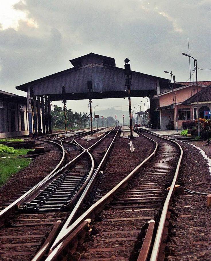 Stasiun Gombong (GB) adalah stasiun kereta api kelas I yang terletak di Desa Wonokriyo Gombong, Kebumen, Jawa Tengah. Stasiun yang terletak pada ketinggian +18 m ini termasuk dalam Daerah Operasi V Purwokerto. Stasiun ini pun jauh lebih terkenal dibanding Stasiun Kebumen.  Berdasarkan kisah sejarah Gombong, Belanda pernah membangun Benteng Van der Wijck sebagai basis kekuatan militer Belanda, serta membangun stasiun yang kelak dikenal sebagai Stasiun Gombong.