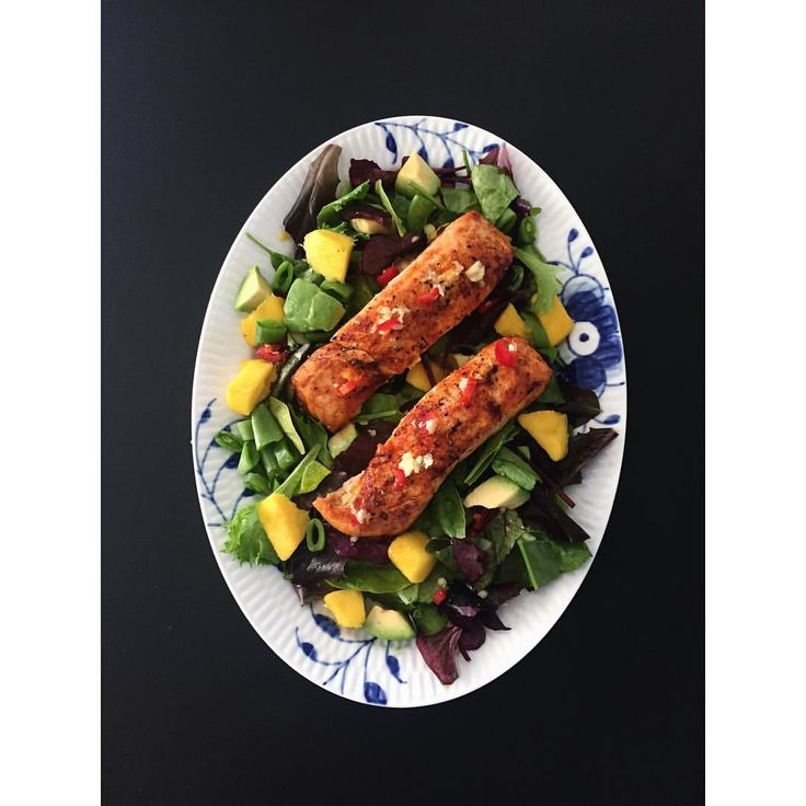 Aftensmad 😃 Laks med ingefær, chili og lime. Salat med mango, avocado, slikærter og en ingefær/chili dressing. #sund #fitfamdk #vægttab ... lax ingefära chili lime, sukringold/sojasås/teriyaki recept/sesamfrö... sallad salsa, salladslök avokado, sockerärtor, sås. Fav