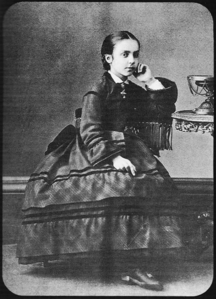 Princess Mercedes of Orleans hija de los duques de Monpensier y sobrina de Isabel II al ser su madre hermana de la reina, se casa con su primo Alfonso XII.
