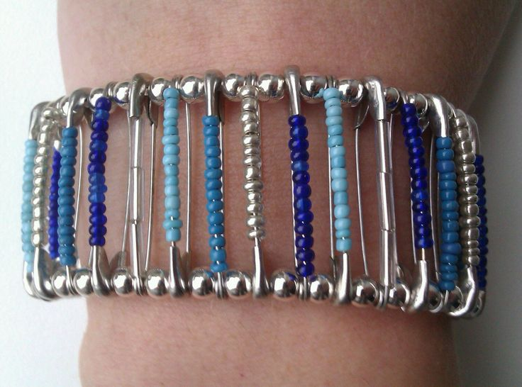 Safety pin bracelet / veiligheidsspeld armband (made by MarciaV)