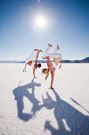 ♂ Brazilian Martial Art Capoeira ladies in white sun shine