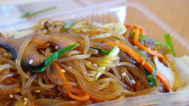 I vermicelli di soia con verdure e gamberi, ecco la ricetta thailandese