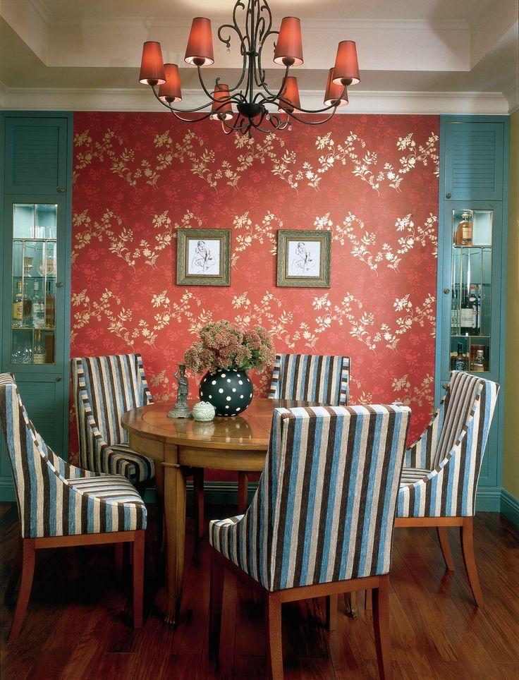 Обеденный стол от Zonta окружают стулья, Marie's Corner. Люстра, Objet Insolite. Обои Lvella Cherry, Villa Nova. Встроенные шкафы сделаны по эскизам Ананьевых.