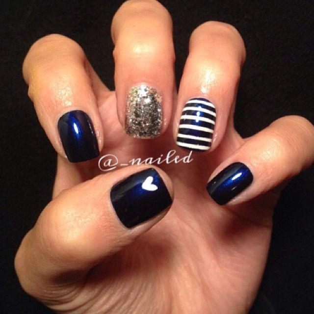 Base azul marino, diseño de uñas. Líneas paralelas