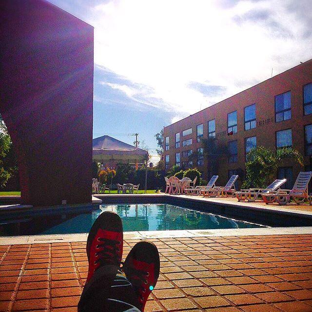 japanese_sneakerstyle皆さんこんにちは✨ 日本はちょうどお昼頃でしょーか? お疲れ様です✨ 僕は経費削減の為、数時間後の飛行機で日本に帰ることになりました せめてものリフレッシュがてら、ホテルのプールサイドで日光浴です メキシコでの最後のpostです 自分の#スニーカーコーデ で申し訳ない あまりDMで頂かないので、今回は#converse のpicです  これはもう僕のスニーカー人生にはかかせないやつですね 小学生時代から何足こいつを履き潰したことか…✨ 値段もお手頃、スタイル抜群 オールマイティな#スニーカー ですよね #converse picもどしどしお待ちしてます⚡️⚡️⚡️⚡️ #converse #チャックテイラー #chucktaylor #スニーカー #スニーカーコーデ #sneaker #kicks #スニーカー女子 #スニーカー男子 #DMお待ちしてます ✨