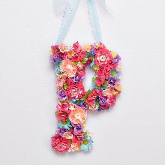 This DIY blooming monogram is the perfect touch of spring to add to your home!