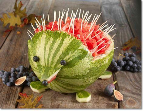 ..Och priset för smartaste sättet att servera vattenmelon, går till…. Jag surfade runt bland några matlagningssidor nu på morgonen, och då hittade jag en riktigt gullig idé till hur man skulpterar en vattenmelon till en igelkott! Detta är garanterat en grej som jag måste testa någon gång när jag har gäster hemma. Alla älskar ju konstnärlig …