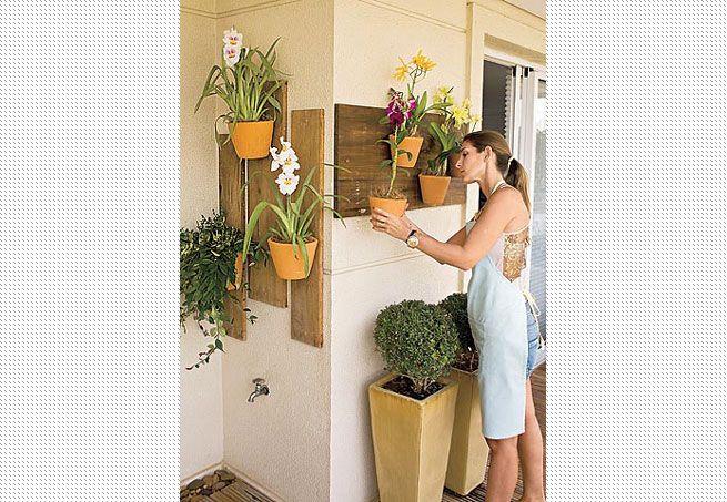 Se a varanda é pequenina, é só tirar partido das paredes. Para não esburacá-la no momento de pendurar os vasos, prenda-os em tábuas de madeira, como foi feito com estas orquídeas. Projeto de Maria Fernanda Corrêa Scabia  Arquivo / Casa e Jardim