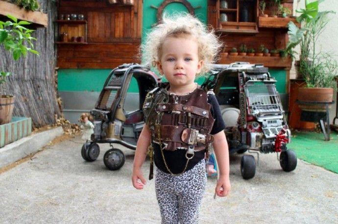 """Талантливый отец превращает детские игрушки в автомобили из """"Безумного Макса"""""""