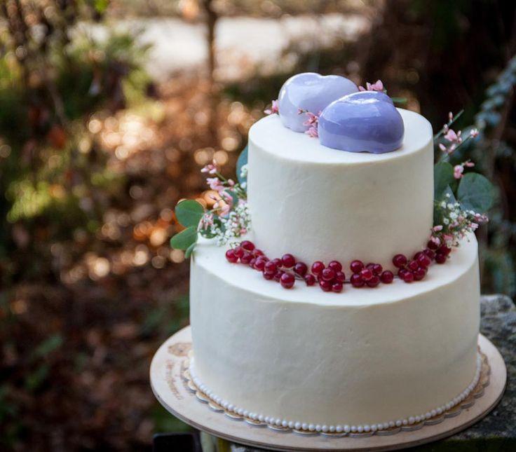 Otevřela jsem svatební sezónu. Byla jsem s prací velmi spokojena protože mi byla ponechána tvůrčí svoboda. A já chtěla něco jemného co by zároveň symbolizovalo svátek. Proto jsem se rozhodla schovat pod sněhobílým krémem vášnivý červený samet. A jak se sluší na svatební dort na výzdobu jsou použity květiny a zákusky jako srdce.  Открываю свадебный сезон. Я осталась очень довольна проделанной работой потому что мне снова была предоставлена свобода для творчества. А сделать хотелось что-то…