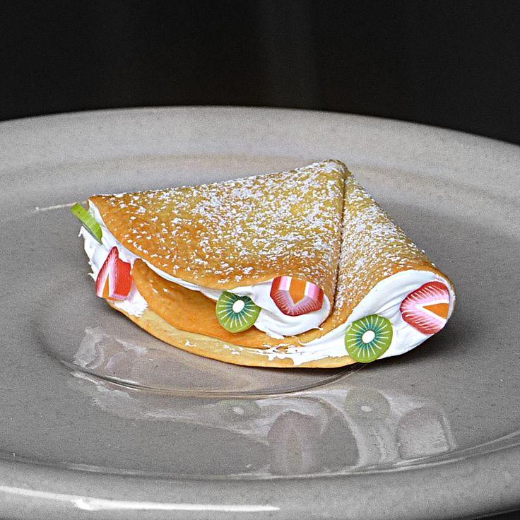 Palačinka s jahodami a kiwi brož s palačinkou z polymerové hmoty, 4,3x2,7cm. další palačinky zde.