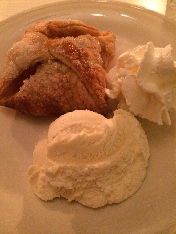 Appelflap met slagroom en vanille ijs