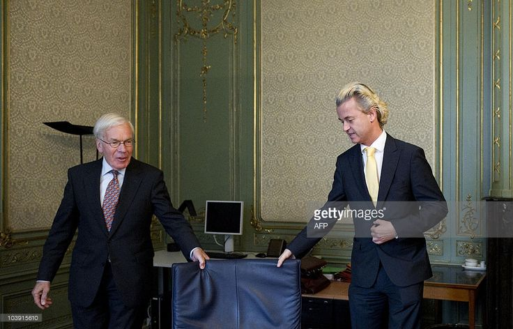 Dutch politician Herman Tjeenk Willink (L), appointed by Queen Beatrix to investigate possible cabinet formations on behalf of the crown, receives far-right party PVV leader Geert Wilders (R) during a meeting in The Hague, on September 8, 2010. AFP PHOTO/ANP/ VALERIE KUYPERS netherlands out - belgium out