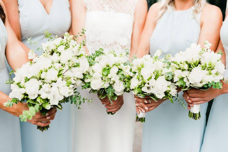 Witte boeketten voor de bruidsmeisjes, gemaakt door Bloemenweelde in Amsterdam!