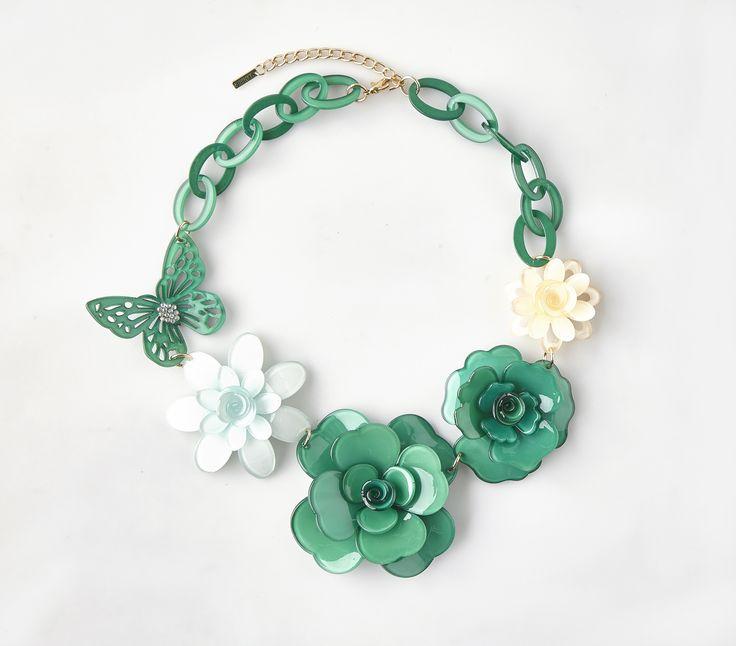 Náhrdelník s květy Menbur zelený Nádherný náhrdelník španělské značky Menbur, který doladí Váš outfit k dokonalosti. Výrazný šperk ve tvaru květin a motýlů v tónech zelené a béžové, bižuterie, velikost aplikace cca 22x15 cm (není příliš těžký).