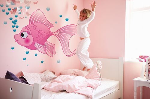 różowa rybka na ścianie