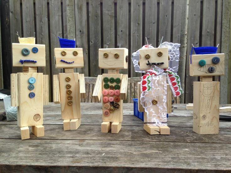 Kinderfeestje Robot timmeren en versieren met knopen, touw en stof.