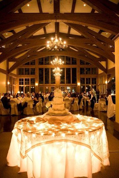 Iluminar la mesa de la torta de bodas para destacarla como parte de la decoracion. #DecoracionBodas