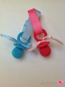 Patrón gratis de estos bonitos chupetes realizados en la técnica amigurumi en crochet. Puedes tejerlos de varios colores e incluso mezclar entre el mismo chupete, quedan muy llamativos y bonitos.