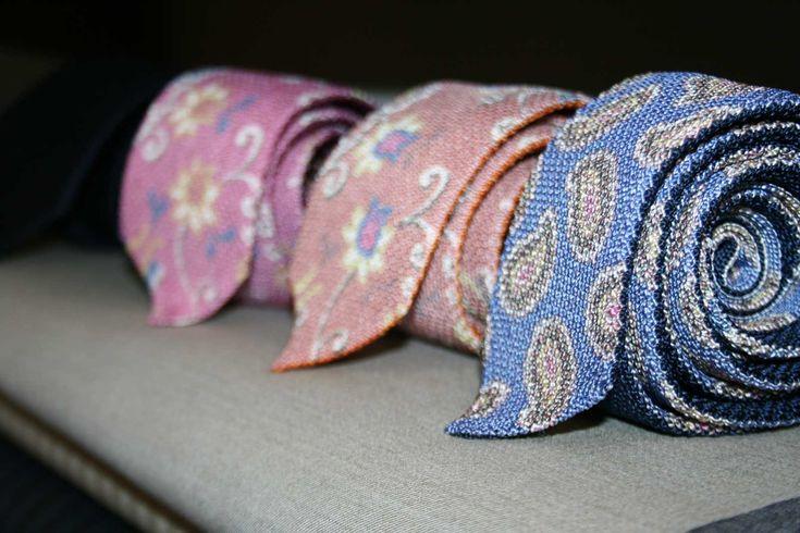 La cravatta: quando va portata e quando no? In linea generale diciamo che in alcuni ambiti lavorativi la cravatta è quasi un obbligo, ma ci sono anche eventi privati (matrimoni, cerimonie, ecc.) in cui l'utilizzo della cravatta è necessario. Oggil'evoluzione della moda suggerisce continuamente nuovi abbinamenti di colori e fantasie che rendono difficile stabilire delleread more