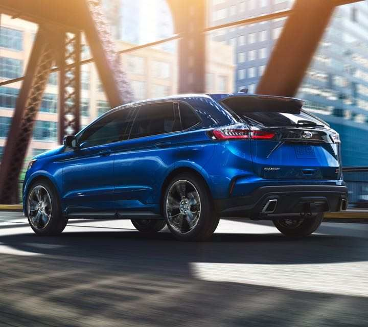 Le FORD EDGE ST 2019 en bleu performance traversant un pont