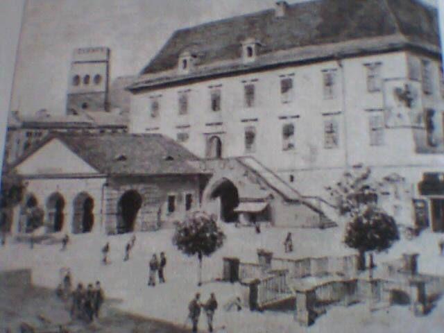 Ol., kresba Křížové studny u radnice , a bývalé strážnice. Kresba je datována do konce 19 století