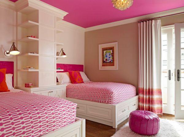 Das rosa Detail wird hier auf andere Weise verwendet, nicht nur in den Details des Raums, sondern auch in dem Raum mit rosafarbener Farbe an der Decke …