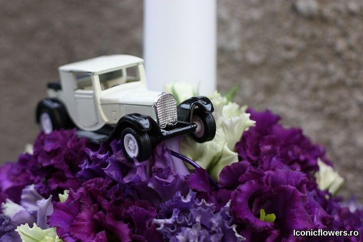 Lumanare de botez cu masinuta, aranjamente florale unice pentru baietei.