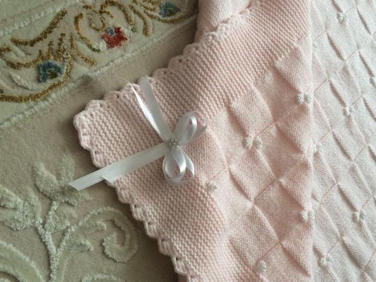Bebeğiniz için özenle hazırlanmış üzerleri güllerle işlenmiş battaniye, yelek, şapka ve patikten oluşan 4 lü set