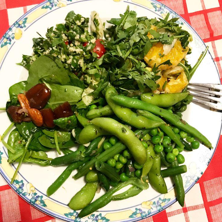 Avem la redacție o tradiție de care ne ținem de aproape un an: o zi pe săptămână mâncăm salată și, prin rotație, ne ocupăm pe rând de aprovizionare, gătit și făcut curatdupă. Săptămâna asta am fos…